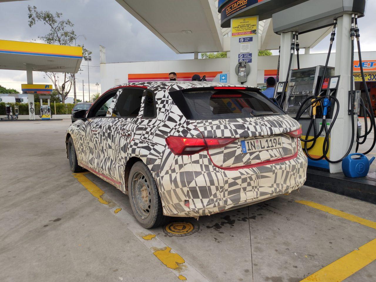 Novo Audi A3 roda em testes no Brasil com novo motor 1.5; Q5 também aparece camuflado