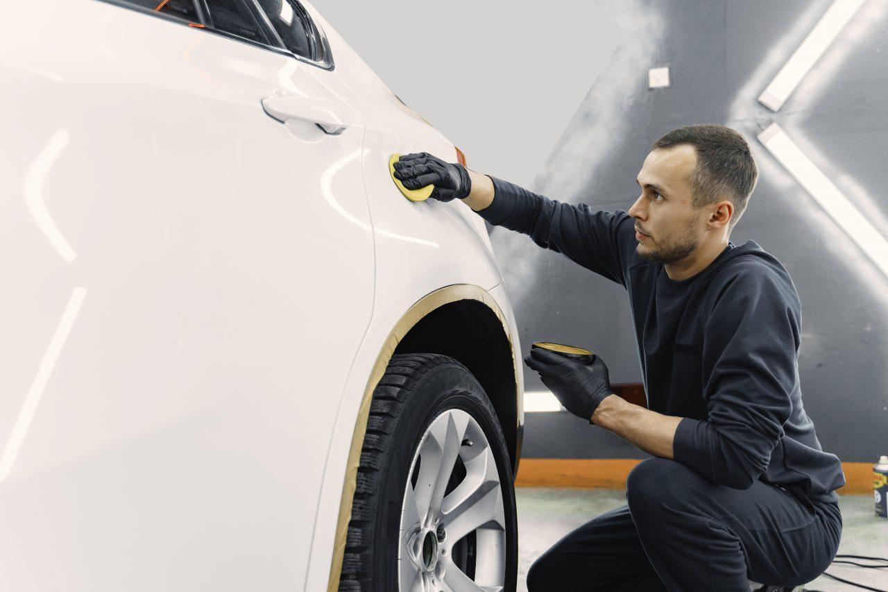 Encerar o veículo melhora a estética do carro