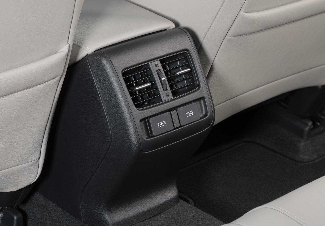 Honda Accord híbrido tem entradas USB para quem viaja no banco traseiro